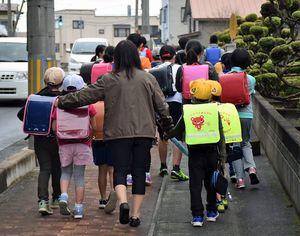 クマの目撃情報を受け、集団下校する野辺地小学校の児童ら=15日午後3時すぎ