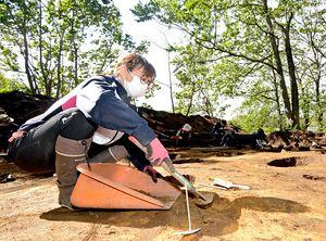 湯の沢遺跡で発掘作業に励む学生=13日午後