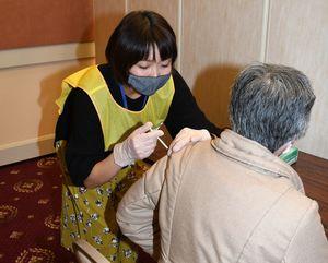 2月にむつ市で行った集団接種の模擬訓練。今月12日からの接種でも安全確保に注意を払いながら実施する