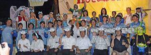 記念撮影に納まる仮装大会の参加者たち