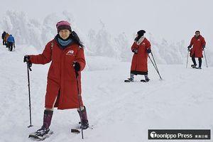 八甲田で樹氷を見ながらスノーシュートレッキングを楽しむ外国人観光客ら