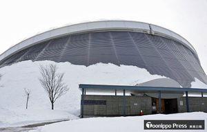 大規模改修工事がほぼ完了した「つがる克雪ドーム」=17日、五所川原市唐笠柳