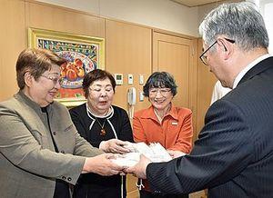 長尾教育長(右)にマスクを手渡す(左から)寺田会長、小田桐副会長、岩田分団長