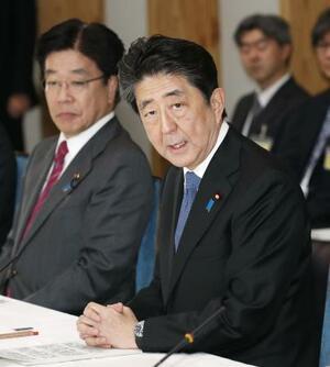 新型コロナウイルス感染症専門家会議であいさつする安倍首相。左は加藤厚労相=16日午後、首相官邸