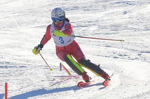 【女子回転】堅実な滑りで優勝し、2年連続となる大回転との2冠を達成した下山(柴田女子)=大鰐温泉スキー場