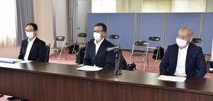 再処理工場の安全審査について戸田村長に説明する長谷川管理官(中)ら