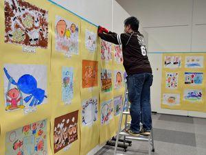 入賞作品の展示作業を行うスタッフ