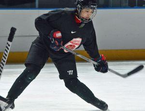 世界選手権出場を目指し氷上練習に取り組む笹野=16日、八戸市のフラットアリーナ(日本アイスホッケー連盟提供)