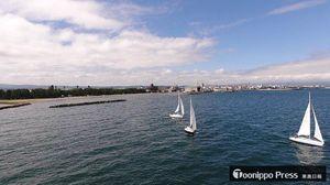 風をつかみ、合浦公園沖から浅虫方面に向けて走る3艇のヨット。右奥にアスパムが見える