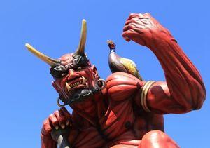 愛媛県・鬼北町の道の駅「森の三角ぼうし」に建つ「鬼王丸」。肩には特産のキジをのせている。写真提供/鬼北町役場