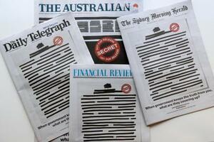 ほとんどの単語が黒く塗りつぶされたオーストラリアの主要新聞=21日(AP=共同)