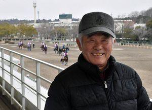 調教の様子を見に訪れたJRA美浦トレーニングセンターで笑顔を見せる柴田調教師=26日、茨城県美浦村