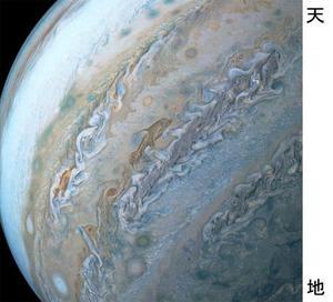 イルカのように見える木星の雲の模様(中央)(NASA提供・共同)