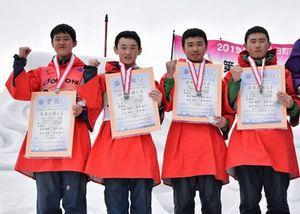 男子リレーで準優勝に輝き、ガッツポーズで喜ぶ青森県チーム(左から1走・亀田朝、2走・亀田華、3走・山谷、4走・平田)