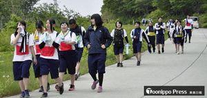 釜臥山展望台を経て、汗をふきながらゴールを目指す大湊高の生徒たち