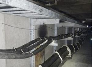 柏崎刈羽原発のトンネル内で焼けたケーブル(中央)=1日、新潟県柏崎市(東京電力提供)