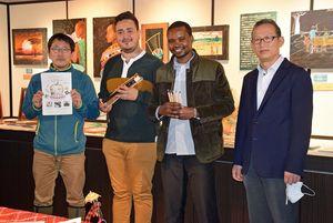 「日本の文化をケニアやパナマに伝えたい」と語る(右から)李教授、ジェームスさん、ミゲルさん、鹿内代表理事