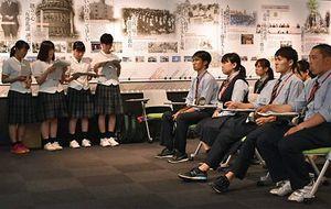 五所農林の生徒(左の4人)の発表を聞く青森商の生徒たち