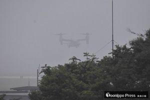 離陸のため十数メートル浮上するオスプレイ。このあと再び地上に戻った=18日午前10時23分、三沢空港