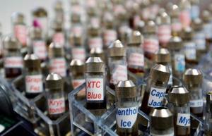米ロサンゼルスの販売店で売られる電子たばこ用の液体(AP=共同)