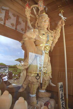 中門に収められた四天王尊像の一体「増長天」