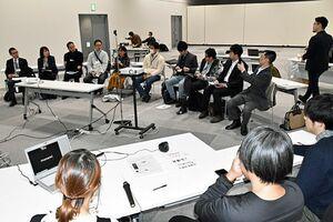 車座になり、青森県での生活について語り合う参加者