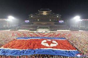 北朝鮮建国73年の記念日を迎え、平壌の金日成広場に登場した巨大な国旗=9日未明(朝鮮中央通信=共同)