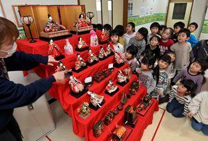 遊戯室前に飾られたひな人形を眺める園児たち=2日午後、青森市の甲田幼稚園