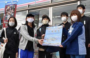 人権宣言のポスター掲示を依頼した後、記念写真に納まる筒井中の生徒ら
