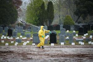 新型コロナウイルス感染による死者が埋葬された米ニューヨークの墓地=2020年4月(ゲッティ=共同)