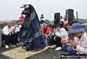 先祖や亡き家族をしのび演じられた「墓獅子」=八戸市鮫町の浮木寺墓地