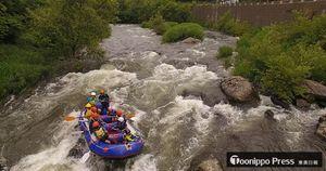 津軽白神湖付近を起点にラフト(ゴム製の小型ボート)に乗って岩木川を下り、急流を通過する白神カヌークラブの子供ら