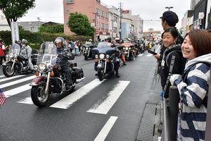 パレードを先導する大型バイクに、来場者の歓声が上がる