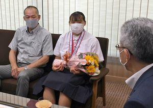 桜田市長(右)にインターハイ優勝を報告した村上選手(中央)。左は父浩美さん