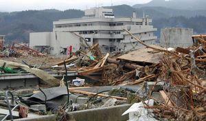 津波で4階まで浸水し、機能不全に陥った高田病院(中央奥)=2011年3月末、岩手県陸前高田市