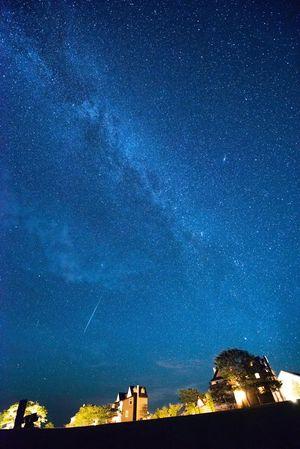 全国星空継続観察で日本一になった深浦町の澄んだ星空。天気に恵まれればナイトツアーでも満天の星が楽しめる(ウェスパ椿山提供、2018年8月19日撮影)