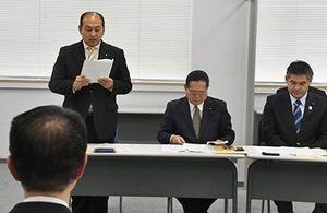 和嶋県教育長(手前)に対し、要望書の内容を読み上げる田子町の山本町長(左)と同席した関係者ら