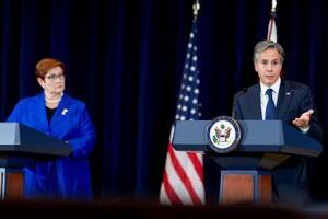 16日、米国務省で記者会見するブリンケン国務長官(右)=ワシントン(ロイター=共同)