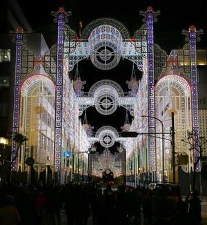 阪神大震災の犠牲者を追悼する、光の祭典「神戸ルミナリエ」の試験点灯=2日夜、神戸市