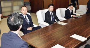 小野寺市長(左)に聞き取りを行ったJリーグの木村専務理事(左から2人目)ら=1日、青森市役所
