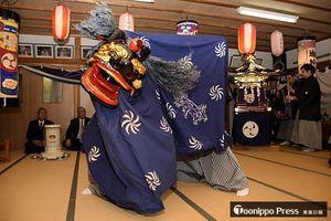 海の安全や豊漁を願い奉納された神楽舞=3日、大間町の弁天神社拝殿