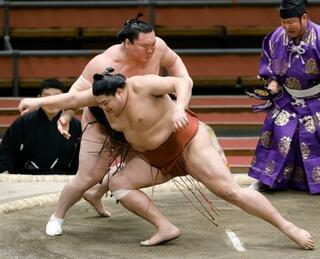 大相撲、白鵬8連勝でトップ維持