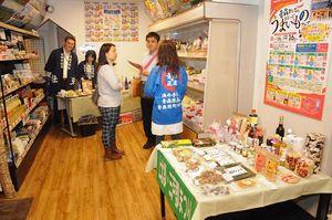 県内30町村の「うまいもの」が並んだ特設会場=29日、東京・神楽坂