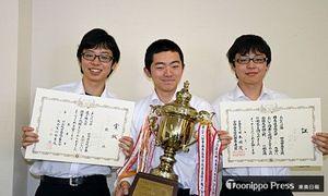 男子団体戦優勝の弘前高校。左から須藤大河さん、前田さん、須藤大治さん