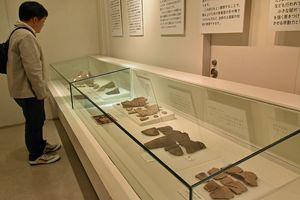 縄文土器の破片に焦点を当てた展示「『こわれた。』からみえる土器」=青森市の三内丸山遺跡センター