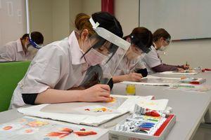 フェースシールドに絵を描く生徒たち
