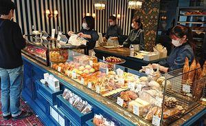 多彩なパンや菓子が並ぶ店内