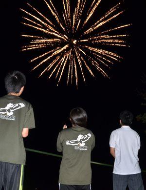 サプライズで上がった花火に歓声を上げる中里高生=19日夜、中泊町の中里高校(中里高校提供)