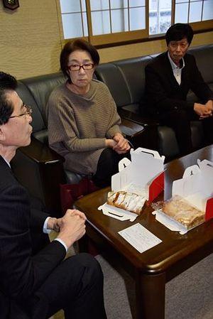 「アプフェル・シュトゥルーデル」を高樋市長(左)にお披露目する後藤さん(中)