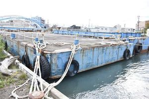 堤川に係留されている台船。近年は港湾工事がなくなり、青森ねぶた祭の海上運行以外はほぼ使われていないという=7日、青森市